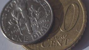 Uma moeda de dez centavos americana sobre o centavo de Euro 50 B Imagens de Stock