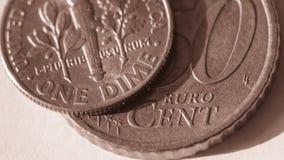 Uma moeda de dez centavos americana sobre o centavo de Euro 50 C Imagem de Stock