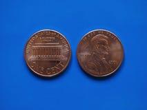 Uma moeda de USD do centavo do dólar, Estados Unidos EUA sobre o azul Foto de Stock Royalty Free