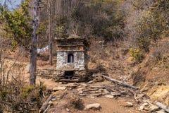 Uma mola sagrado na maneira ao monastério da montanha de Padjoding, Butão, os Himalayas fotografia de stock royalty free