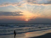 Uma monge With Alms-Round In a manhã na praia Imagens de Stock Royalty Free