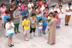 Uma monge budista Leading Prayer Fotografia de Stock Royalty Free