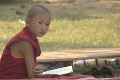 Uma monge nova de pensamento Imagens de Stock