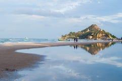 Uma montanha com uma praia do mar imagem de stock