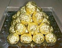 Uma montanha de envoltórios dourados da folha Imagens de Stock
