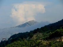 Uma montanha entre nuvens Foto de Stock Royalty Free