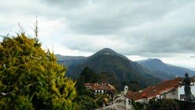 Uma montanha na distância imagem de stock