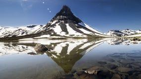 Uma montanha reflete em um lago Fotografia de Stock Royalty Free