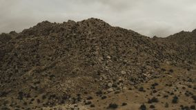 Uma montanha rochosa com os grandes pedregulhos no deserto filme