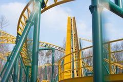 Uma montanha russa dando laços colorida em Sunny Day bonito Foto de Stock Royalty Free