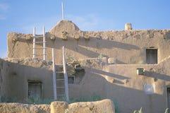 Uma moradia do adôbe, povoado indígeno de Taos, nanômetro fotos de stock