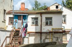 Uma moradia pequena de povos pobres em Mogilev belarus imagem de stock