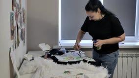 Uma morena em um t-shirt preto e em cal?as de brim tira vídeos de arquivo