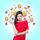 Uma morena no vestido vermelho e nos esboços de ícones diferentes do presente Imagens de Stock
