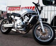Uma motocicleta com uma distância entre o eixo dianteiro e traseiro curto foto de stock