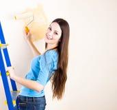 Uma mulher é paredes da pintura Imagem de Stock Royalty Free