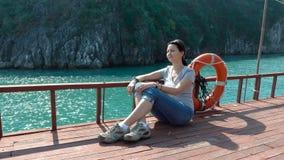 Uma mulher admira as vistas bonitas da baía longa do Ha vídeos de arquivo