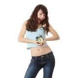 Uma mulher adolescente com despertador Fotos de Stock Royalty Free