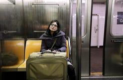 Mulher com a mala de viagem no metro de New York Foto de Stock