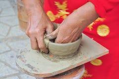 Uma mulher adulta está executando as técnicas cerâmicas do molde no templo do Po Nagar em Nha Trang Imagens de Stock