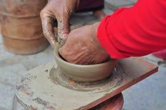 Uma mulher adulta está executando as técnicas cerâmicas do molde no templo do Po Nagar em Nha Trang Imagem de Stock Royalty Free