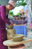 Uma mulher adulta está executando as técnicas cerâmicas do molde no templo do Po Nagar em Nha Trang Foto de Stock Royalty Free