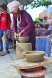 Uma mulher adulta está executando as técnicas cerâmicas do molde no templo do Po Nagar em Nha Trang Fotos de Stock