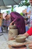 Uma mulher adulta está executando as técnicas cerâmicas do molde no templo do Po Nagar em Nha Trang Imagem de Stock