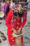 Uma mulher adulta está executando as técnicas cerâmicas do molde no templo do Po Nagar em Nha Trang Foto de Stock