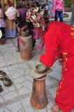 Uma mulher adulta está executando as técnicas cerâmicas do molde no templo do Po Nagar em Nha Trang Fotografia de Stock
