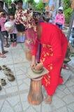 Uma mulher adulta está executando as técnicas cerâmicas do molde no templo do Po Nagar em Nha Trang Fotos de Stock Royalty Free