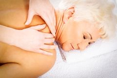 Uma mulher adulta está tendo uma massagem Conceito dos termas imagem de stock royalty free