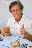 Uma mulher adulta mostra que preparou um tanger caseiro delicioso Fotografia de Stock