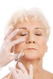 Uma mulher adulta que tem um conceito da beleza da injeção. fotos de stock