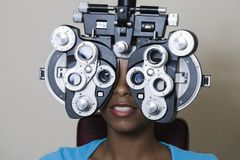 Uma mulher afro-americano que tem sua visão verificada Foto de Stock Royalty Free