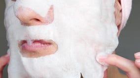 Uma mulher aplica uma m?scara da bolha para cuidados com a pele imagens de stock royalty free