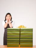 Uma mulher asiática e um presente Foto de Stock Royalty Free