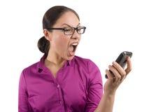 Uma mulher asiática grita em seu telemóvel imagens de stock