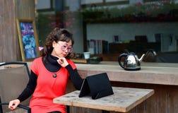 Uma mulher asiática no uso da tabuleta Imagens de Stock Royalty Free