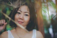 Uma mulher asiática nova é feliz e descansando com natureza em férias fotografia de stock royalty free