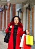 Uma mulher asiática que anda na rua Fotos de Stock Royalty Free