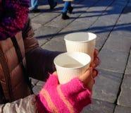 Uma mulher asiática que guarda o copo do chá na rua fotos de stock royalty free