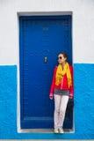 Uma mulher asiática está na frente da porta do metal da marinha Fotos de Stock Royalty Free