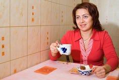 Uma mulher bebe o chá Fotografia de Stock