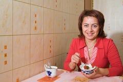 Uma mulher bebe o chá Imagem de Stock