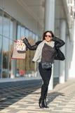 Uma mulher bonita anda através da cidade na compra, ela está muito feliz das compras nas vendas do período Conceito: forma, shopp Fotografia de Stock