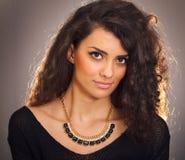 Uma mulher bonita com colar Imagem de Stock