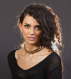 Uma mulher bonita com uma colar dourada Foto de Stock