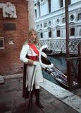 Uma mulher bonita do mosqueteiro no carnaval de Veneza Fotografia de Stock Royalty Free