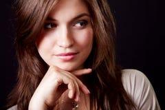Uma mulher bonita elegante pensativa imagens de stock